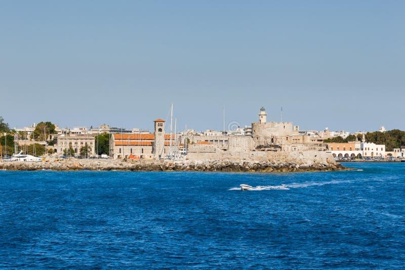 Fästning av St Nicholas och strandsikten från havet Rhodes ö Grekland arkivfoto