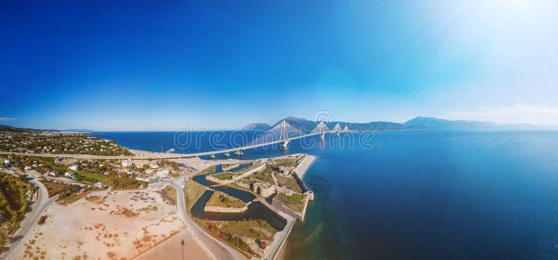 Fästning och bro av Rio Antirio, Patra, Grekland Flyg- foto för sikt för öga för surrfågel` s royaltyfria foton