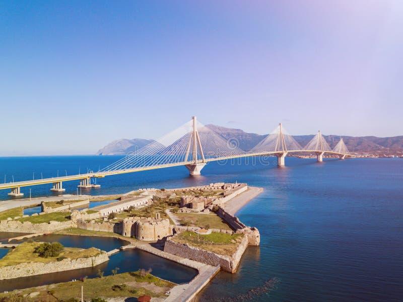 Fästning och bro av Rio Antirio, Patra, Grekland Flyg- foto för sikt för öga för surrfågel` s arkivbild