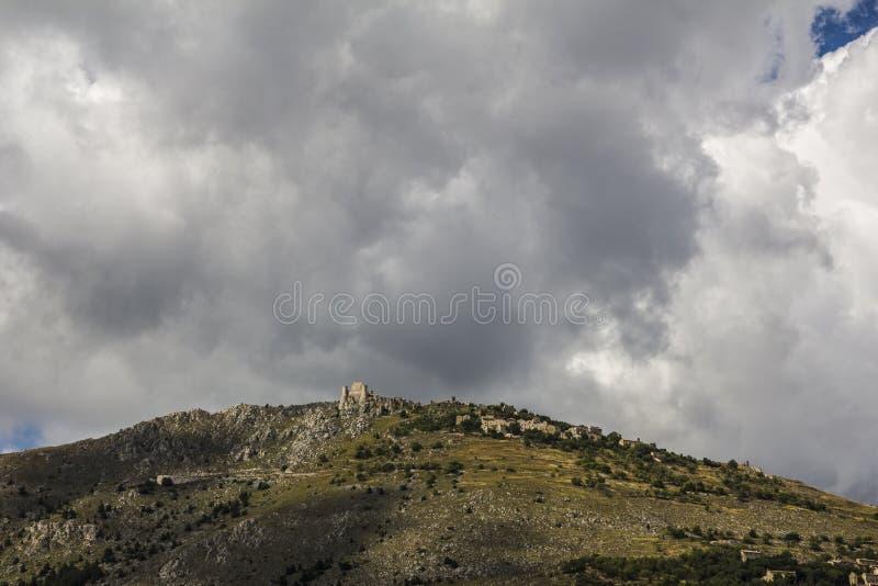 Fästning och by Calascio, Apennines, Italien arkivbild