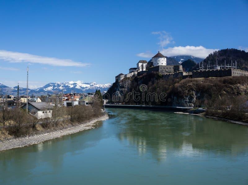 Fästning på Kufstein i fjällängarna på blå himmel Österrike arkivbilder