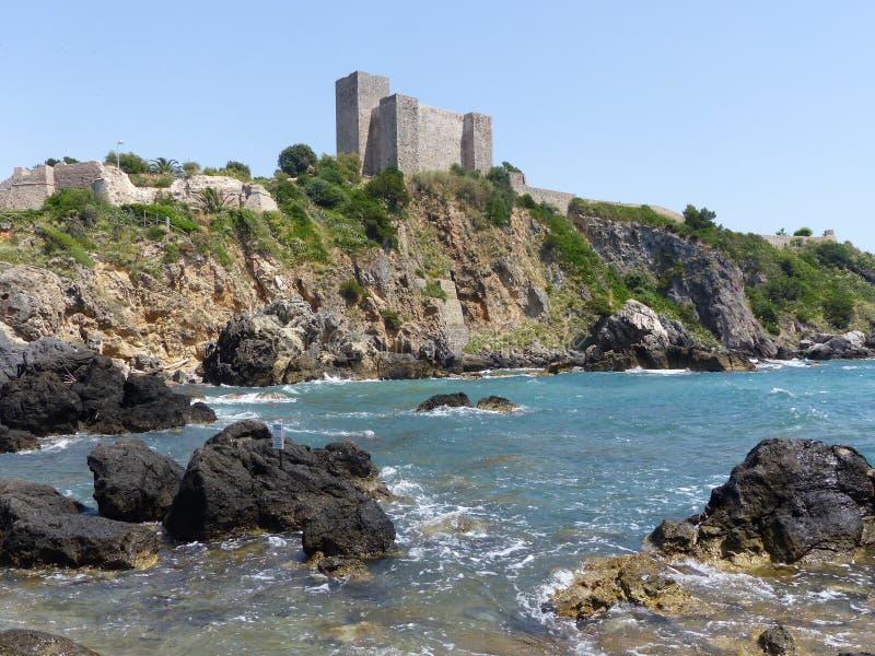 Fästningen av Aldobrandeschien av Talamone, en imponerande kust- befästning, Toscana, Italien fotografering för bildbyråer