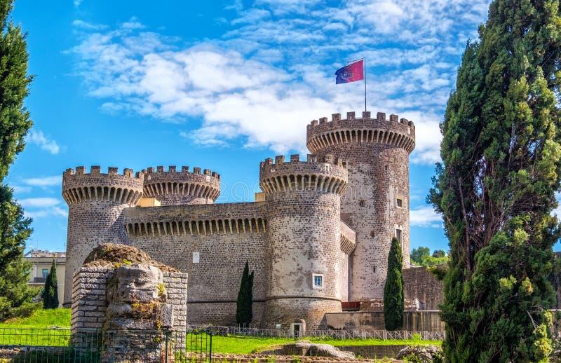 Fästningen för Rocca Pia-slott i Tivoli - Italien under en solig vårdag - en gränsmärke nära Rome i Lazio royaltyfri foto