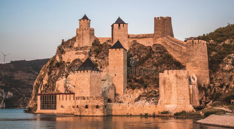 Fästningen i Golubac - en medeltida förstärkt stad på södra sidan av Donau royaltyfri bild