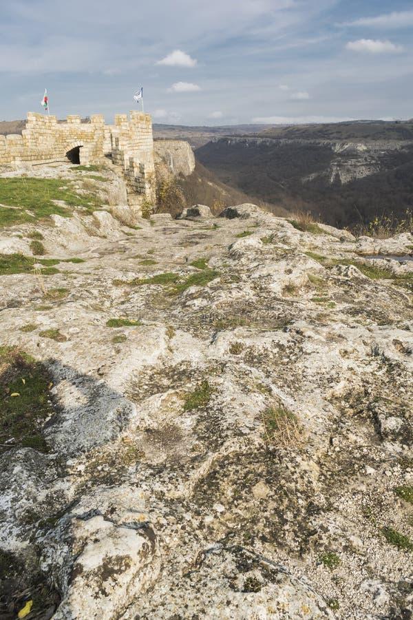 Fästningen Ovech som lokaliseras ovanför staden av Provadia royaltyfri bild