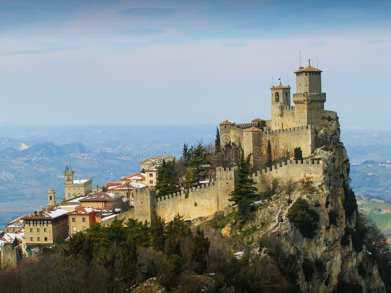 Fästninglaen Rocca Guaita med härlig landskapbakgrund, San Marino arkivfoton