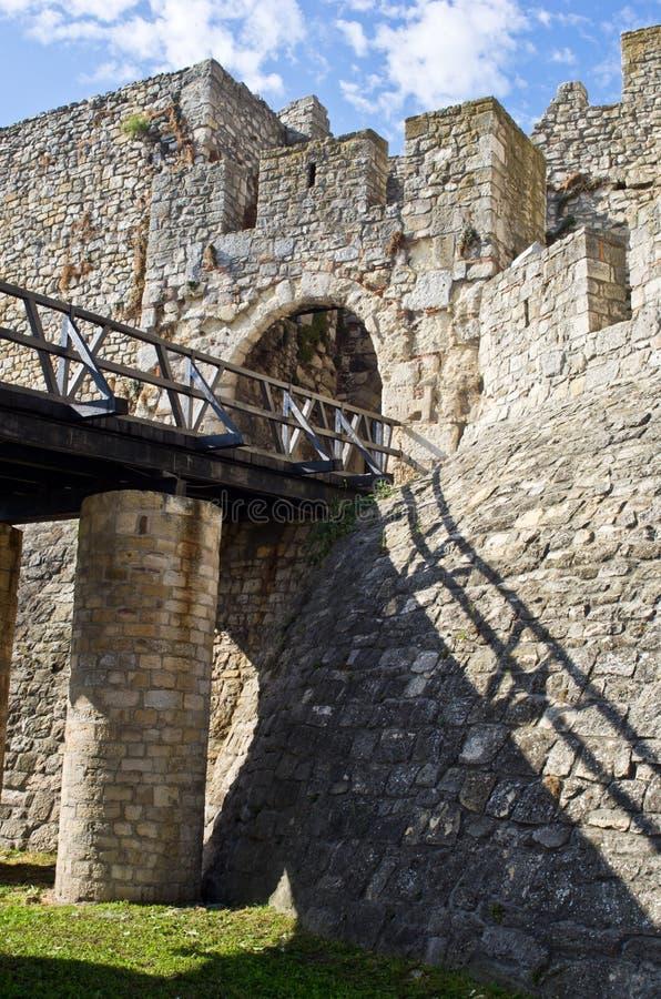 Fästningport med en träbro på den Kalemegdan fästningen, Belgrade royaltyfri fotografi