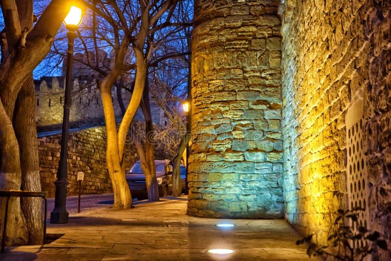 Fästningportarna av den gamla staden i belysningen Icheri Sheher i natten Baku _ Port av den gamla fästningen, entra royaltyfri bild