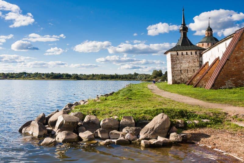 Fästningtorn och vägg av den Kirillo-Belozersky kloster nära staden Kirillov, Vologda region, Ryssland arkivbild