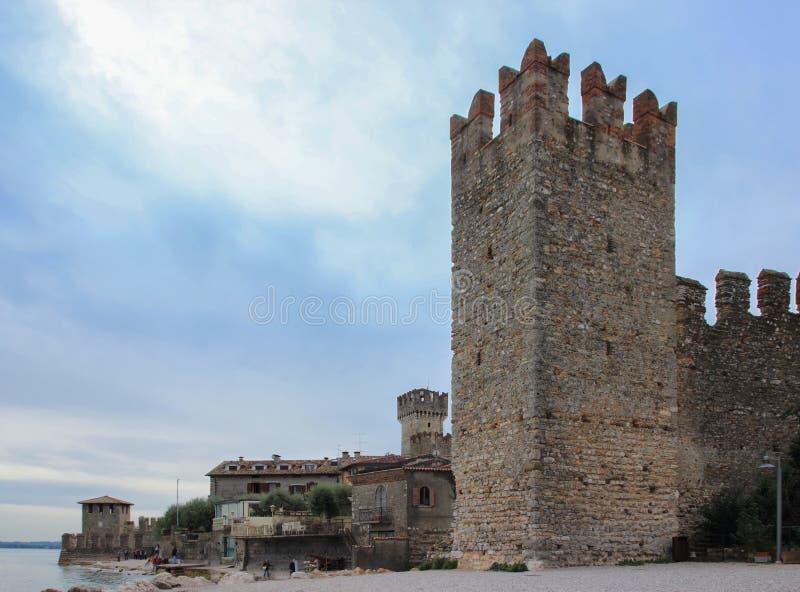 Fästningvägg med ett hörntorn och promenad framme av den Scaliger slotten royaltyfria bilder