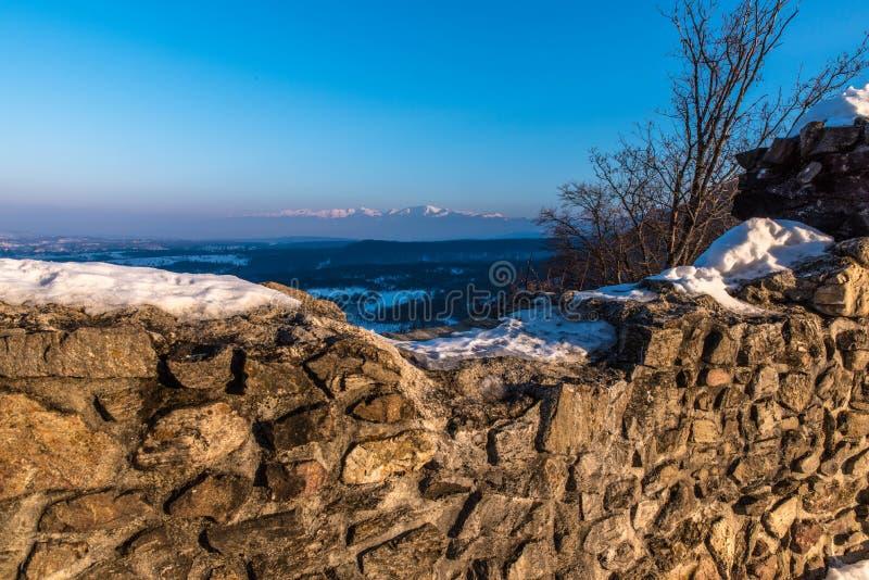 Fästningväggar och berg i bakgrund royaltyfria foton