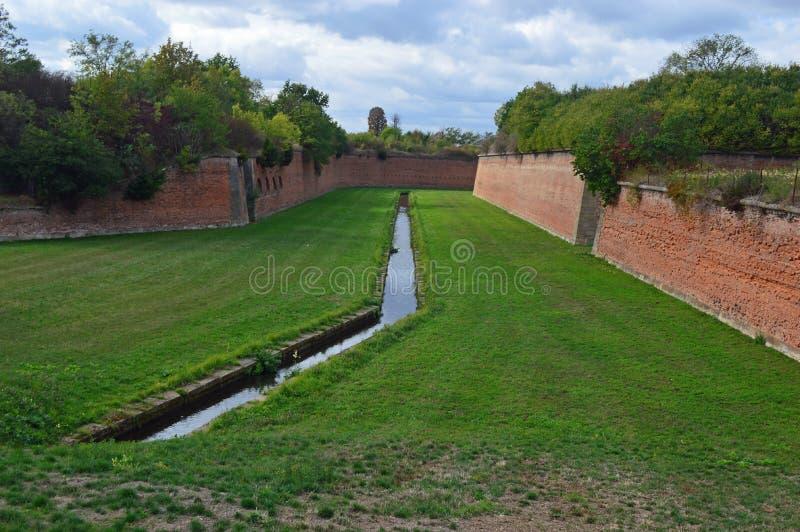 Fästningväggar och vallgrav på den Terezin Tjeckien royaltyfri fotografi