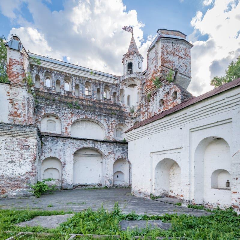 Fästningväggen av den Vologda Kreml Forntida förstört torn av Kreml arkivfoto