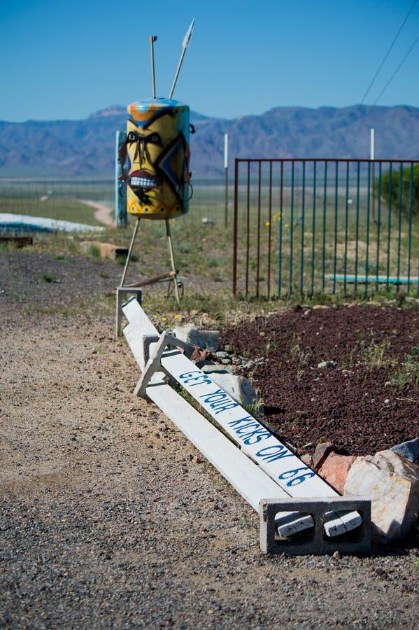 Få dina sparkar på det Route 66 tecknet fotografering för bildbyråer