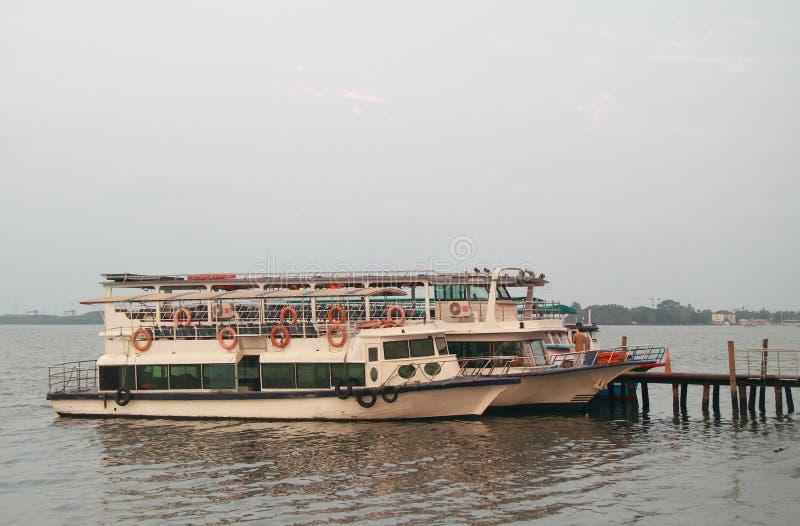 Få färjor i havsport av Kochi royaltyfria bilder