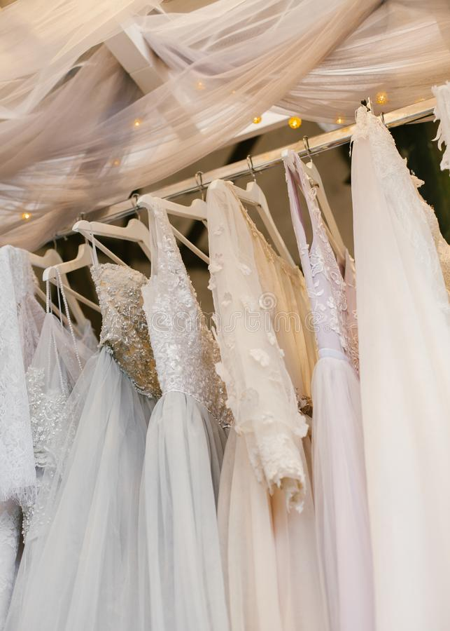 Få härliga bröllopsklänningar arkivbilder