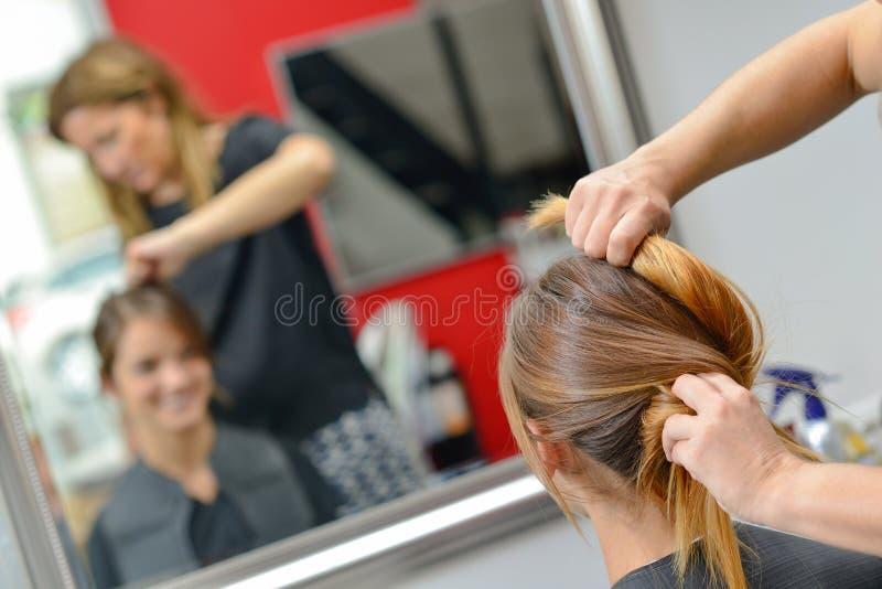 Få henne hår gjort royaltyfri bild