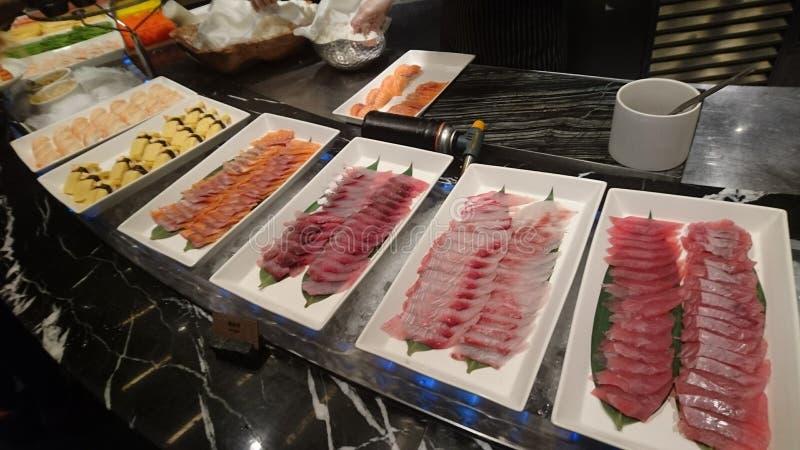 Få plattor av den rå fisken på skärmtabellen royaltyfri foto