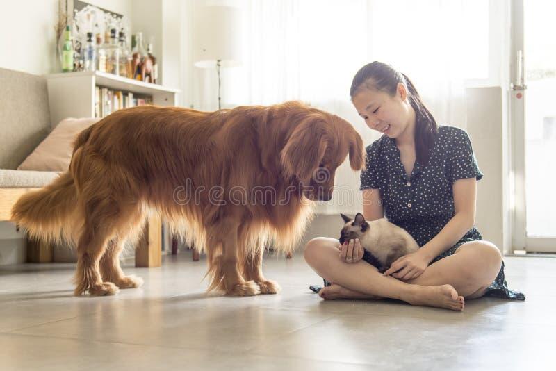Få tillsammans med katter och hundkapplöpning och flickor royaltyfri bild