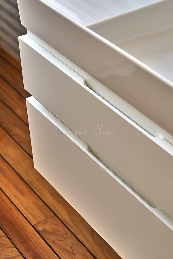 Fåfänga för badrumkonsolvask i lyxigt badrum med teakträgolvet Stilfull inre av det moderna badrummet Detaljmöblemang arkivbild