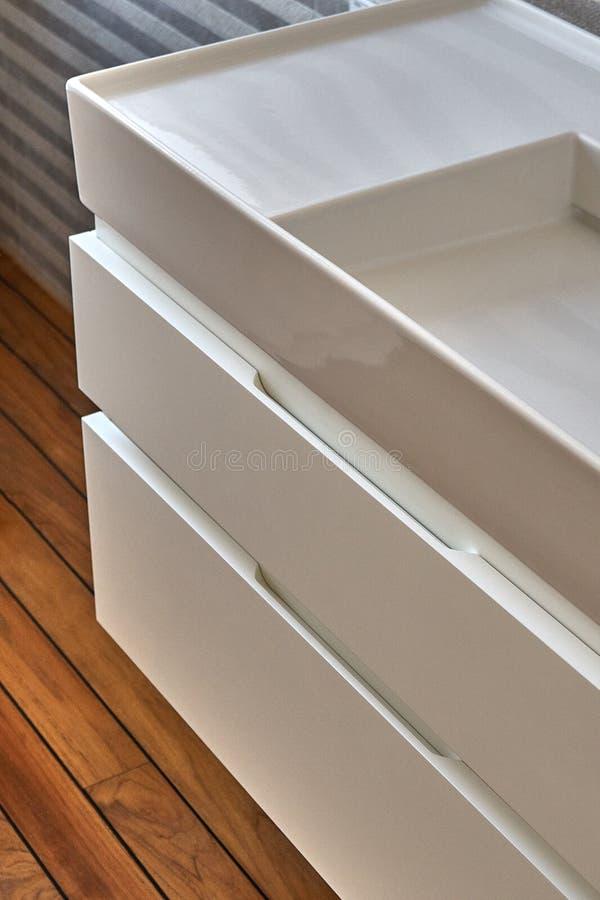 Fåfänga för badrumkonsolvask i lyxigt badrum med teakträgolvet Stilfull inre av det moderna badrummet Detaljmöblemang arkivbilder