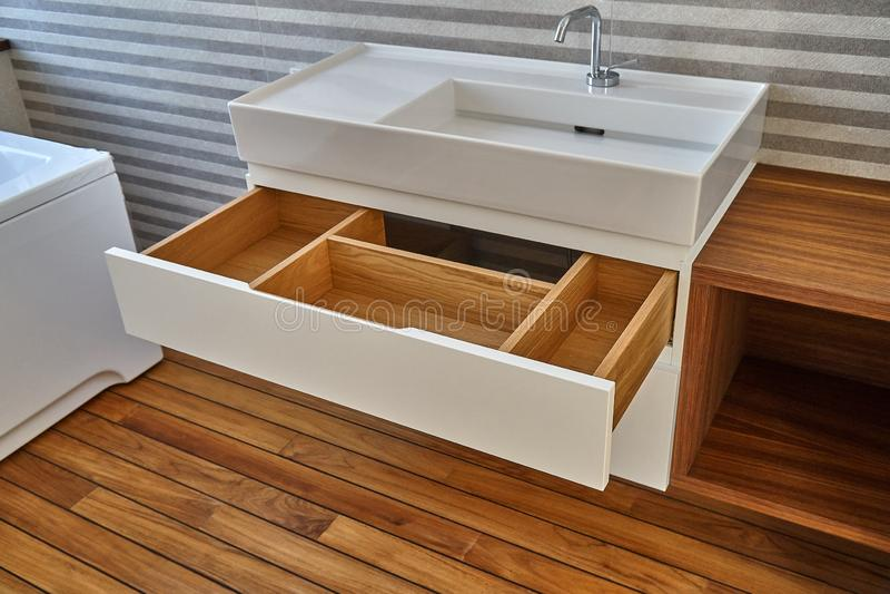 Fåfänga för badrumkonsolvask i lyxigt badrum med teakträgolvet Stilfull inre av det moderna badrummet Detaljmöblemang royaltyfri bild