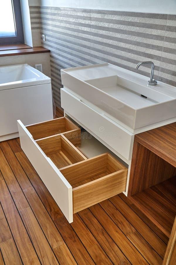 Fåfänga för badrumkonsolvask i lyxigt badrum med teakträgolvet Stilfull inre av det moderna badrummet Detaljmöblemang fotografering för bildbyråer