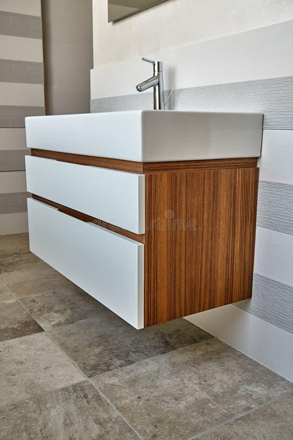 Fåfänga för badrumkonsolvask i lyxigt badrum med teakträgolvet Stilfull inre av det moderna badrummet Detaljmöblemang royaltyfria bilder