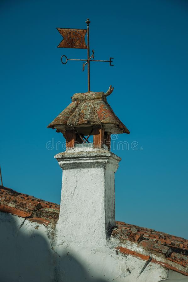 Fåfängt för järnvind över lampglaset på tak arkivbilder