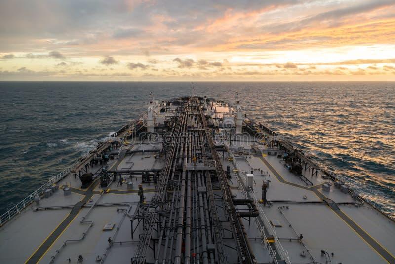 Fågel-öga perspektiv av oljetanker medan solnedgång royaltyfria foton