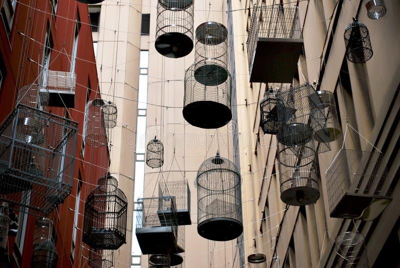 Fågelburarna i den vibrerande Angel Place lanewayspolisdistriktet i hjärtan av Sydney royaltyfri fotografi