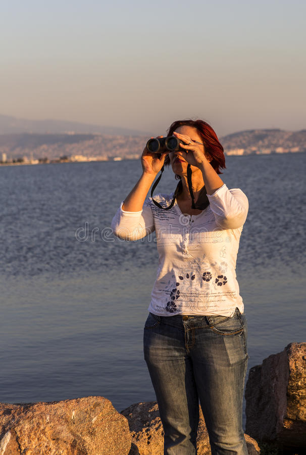 Fågeliakttagare med kikare royaltyfria foton