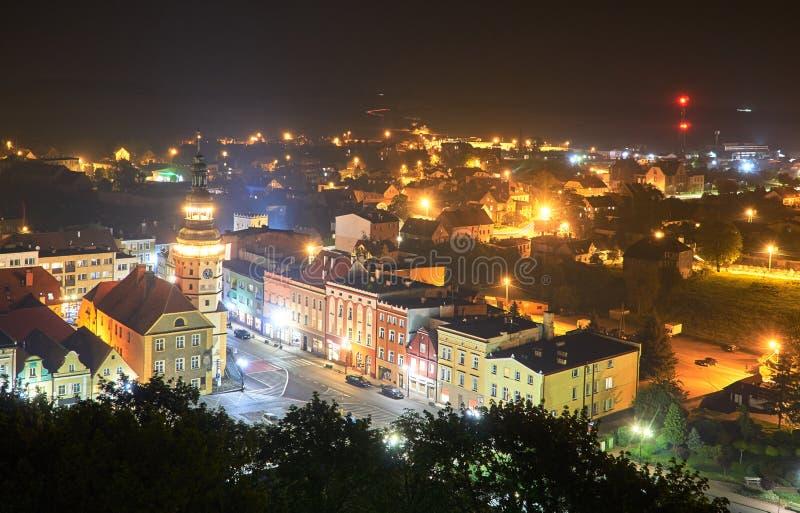 Fågels en sikt för öga av stadshuset och marknadsplatsen under en natt royaltyfri bild