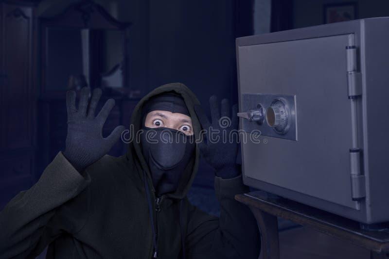 Fånga inbrottstjuvbegreppet fotografering för bildbyråer