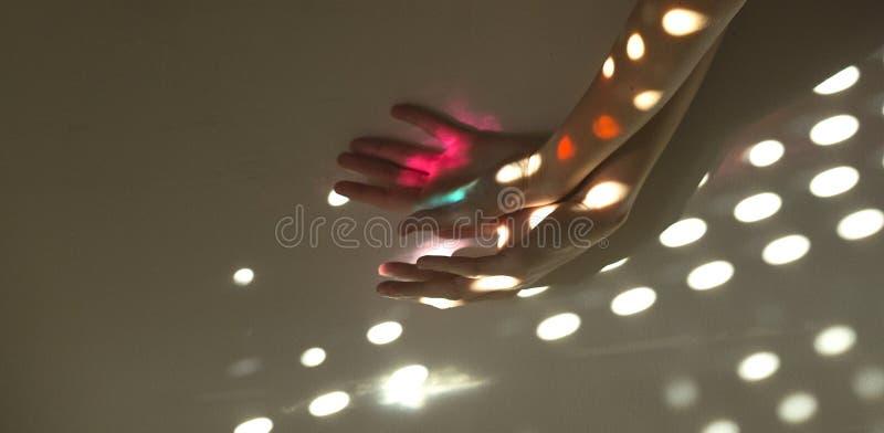 Fånga ljuset med händerna arkivfoton