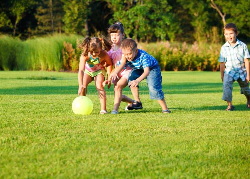 fångande ungar för boll arkivfoto