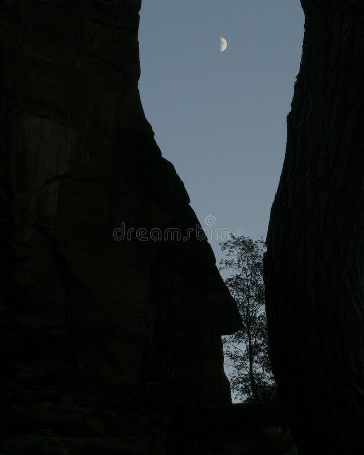 Fångat mellan för att vagga och månen royaltyfria bilder