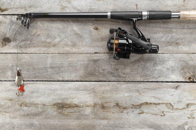 Fångstredskapet - att fiska snurr, hakar och lockar på gammal träbakgrund royaltyfri bild