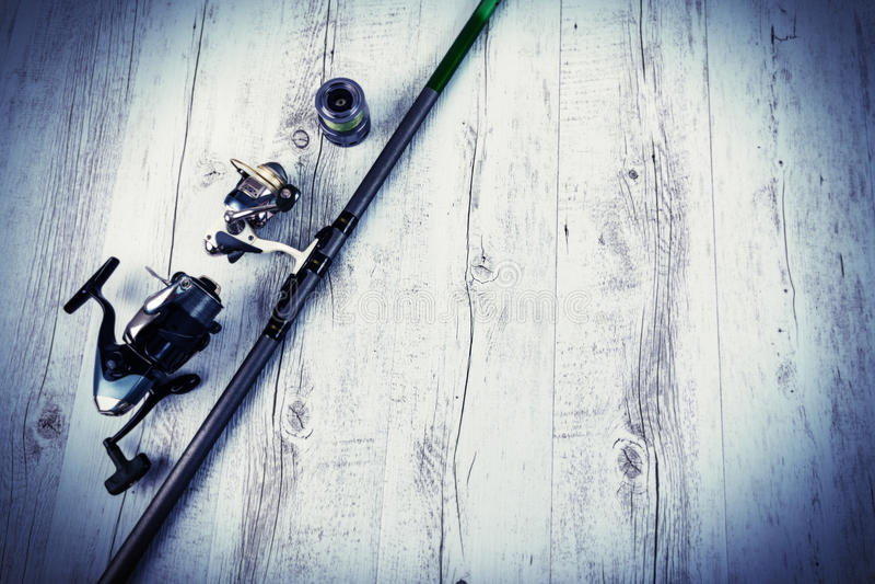 Fångstredskapet - fiskesnurr, hakar och lockar på vit träbakgrund Top beskådar arkivbilder