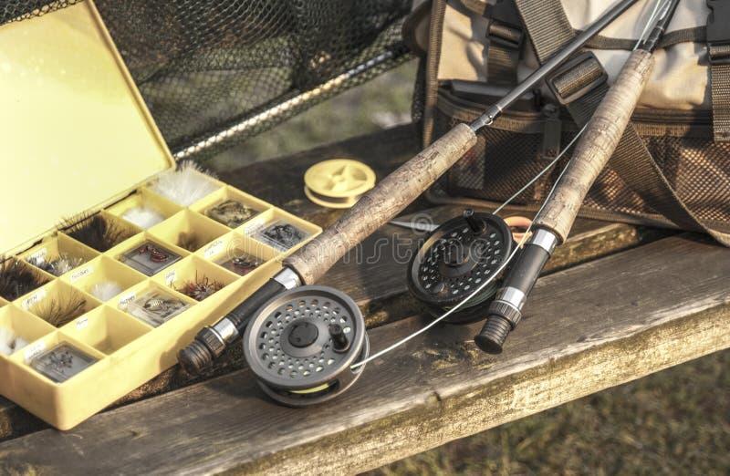 Fångstredskapstänger och netto på träbänk royaltyfria foton