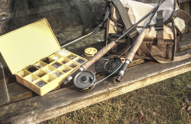 Fångstredskapstänger och netto på träbänk fotografering för bildbyråer