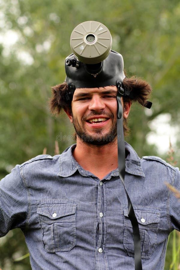 Fånig ung man med en gasmask royaltyfri foto