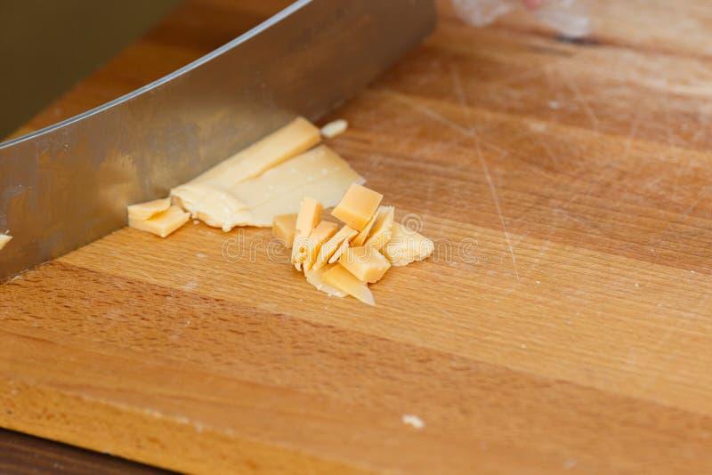 Får mjölkar ost på skärbräda royaltyfria foton
