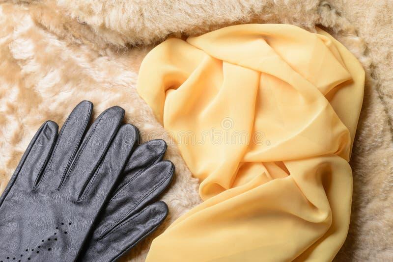 Fårskinnpäls, handskar och halsduk arkivfoton
