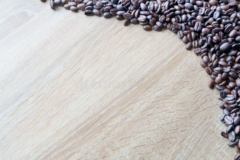 Fèves de café Sur fond de table en bois Concept de simplicité photos stock