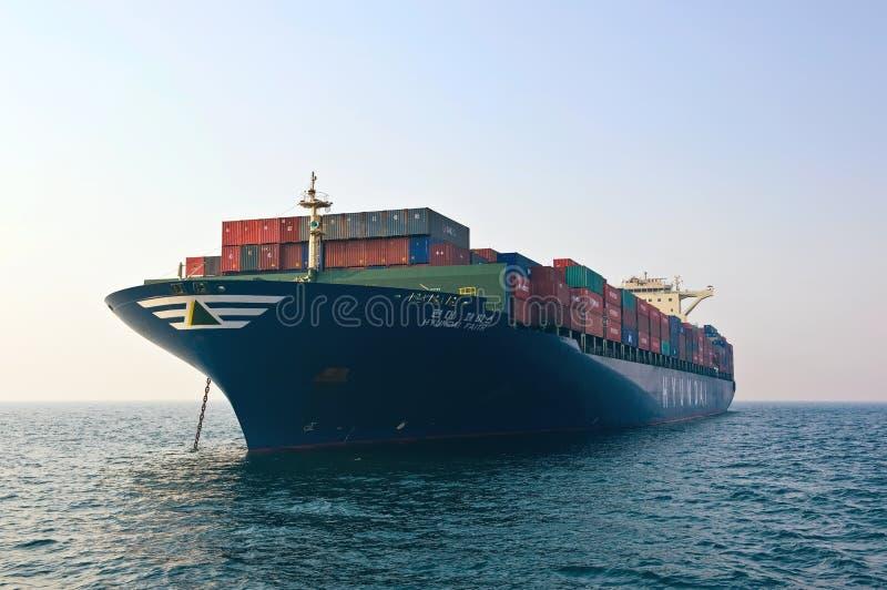 Fé de Hyundai do navio de recipiente que está nas estradas na âncora Louro de Nakhodka Mar do leste (de Japão) 19 04 2014 fotos de stock royalty free