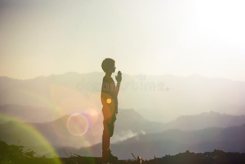 Fé do conceito cristão: Mãos espirituais da oração fotografia de stock