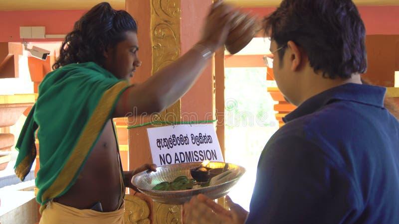 A fé e acredita Hindu religioso Person Blessing People, Sri Lanka - 10 de fevereiro de 2017 filme