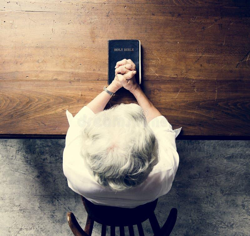 Fé superior da oração da mulher na religião da cristandade fotografia de stock