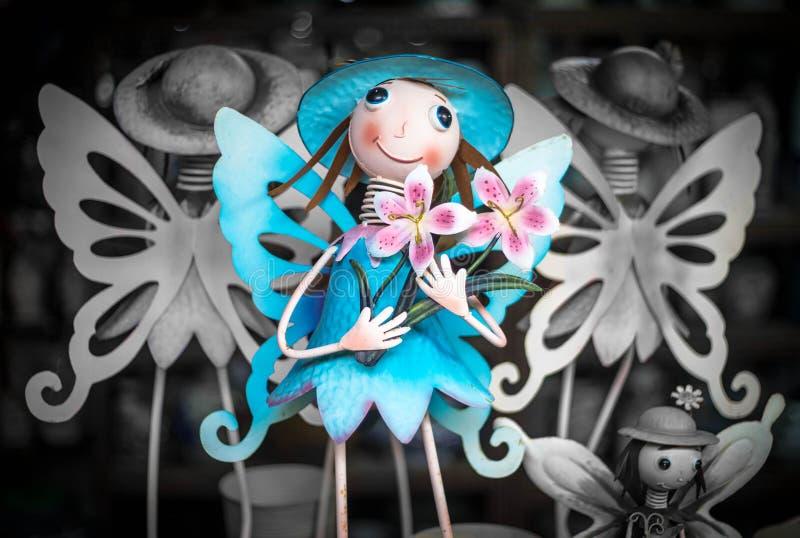 Fée bleue avec des fleurs images stock